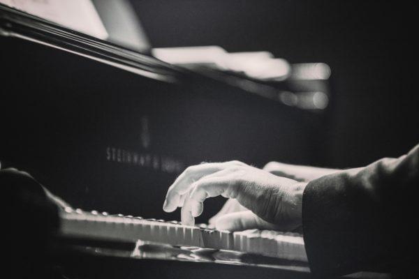 ピアノの鍵盤 手の置き方