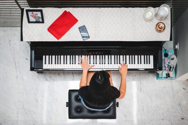 ピアノの椅子の位置